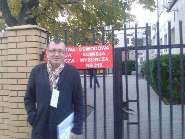 На фото: Алексей Петров рядом с избирательной комиссией №318 (Польша, 25 октября)