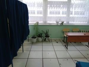 Рядом с кабинками находился стол, за которым наблюдатели могли заполнить бюллетень. Фото: Н.Вавилова