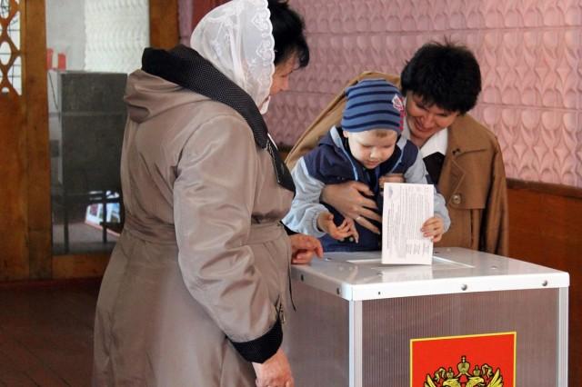 На избирательный участок приходят с детьми. Фото: Дмитрий Краюхин
