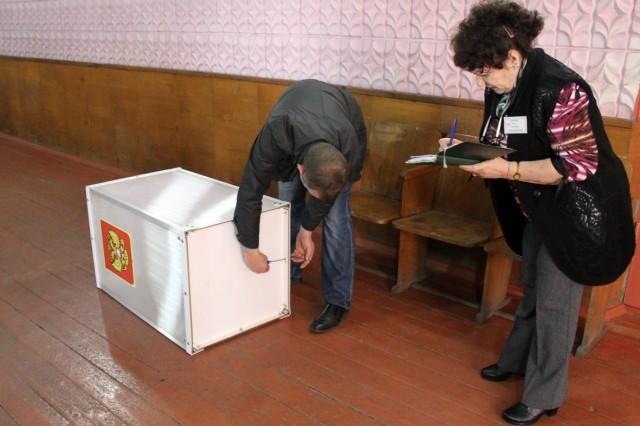 Перед открытием участка опечатывают ящики для голосования. Фото: Дмитрий Краюхин