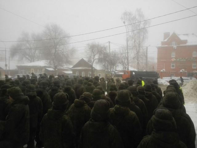 Солдаты-срочники перед голосованием на УИК №3939 25 декабря 2016 года, Ульяновск. Члены комиссии проверяли у солдатов не военный билет, а паспорт. Фото: В. Егоров