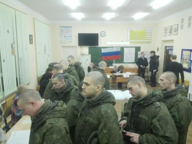 УИК № 3939, голосуют срочники, фото: В. Егоров